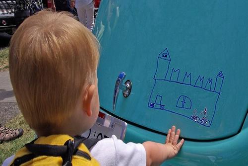 Luca malt ein tolles Bild auf Nachbar´s Auto