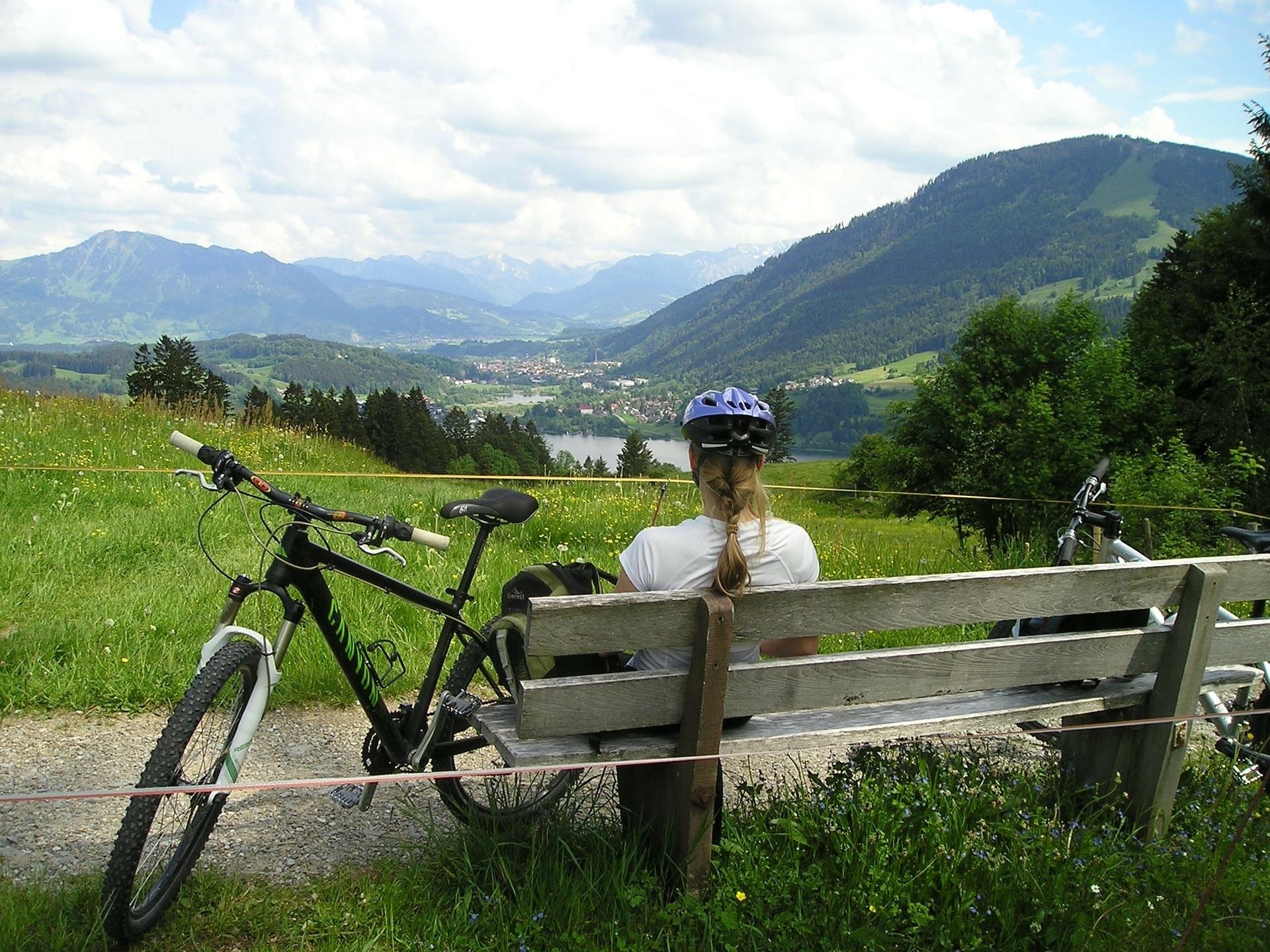 Pause mit dem Fahrrad und die Natur geniessen