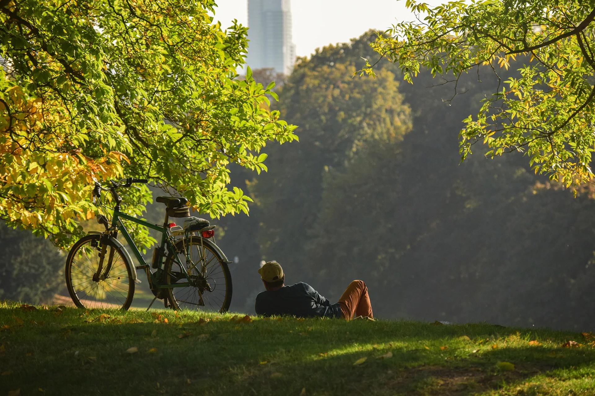 Mit dem Fahrrad im Park