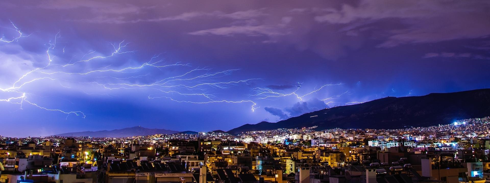 Im Zuge von Sommergewittern kommt es häufig zu Blitzschäden