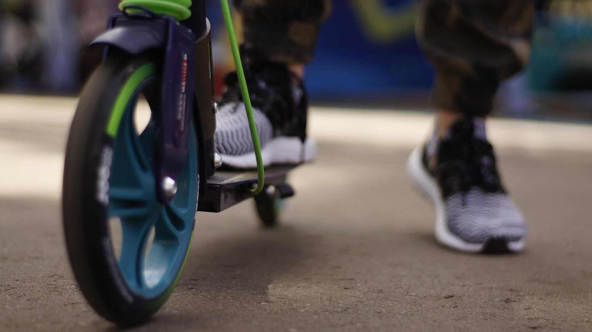 Elektroscooter sind vielseitig einsetzbar und sind sich ideal, um den Weg zur Arbeit oder zur Schule schnell und bequem zurück zulegen